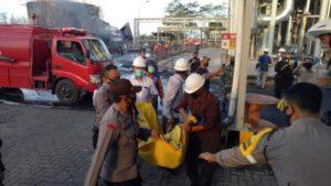 Korban meninggal ledakan PT. Enero Bio Ethanol Mojokerto dievakuasi